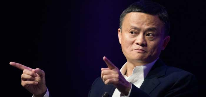 fundador de Alibaba señalando