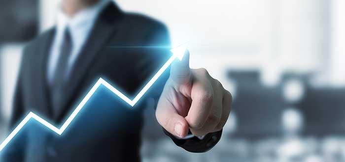 persona señala gráfico en que se muestra un crecimiento gracias a los métodos de fijación de precios