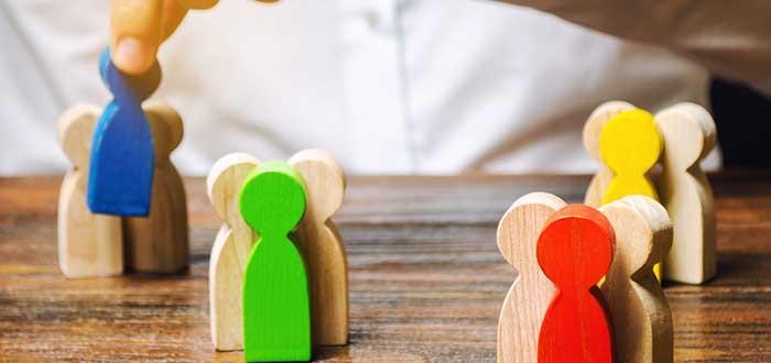fichas de madera muestran a personas en el centro de la organizaciones, el enfoque de David Criado