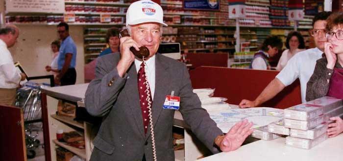 Sam Walton hablando por teléfono desde su tienda