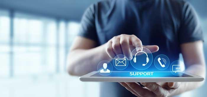 Hombre escoge entre opciones de servicio al cliente en una tablet