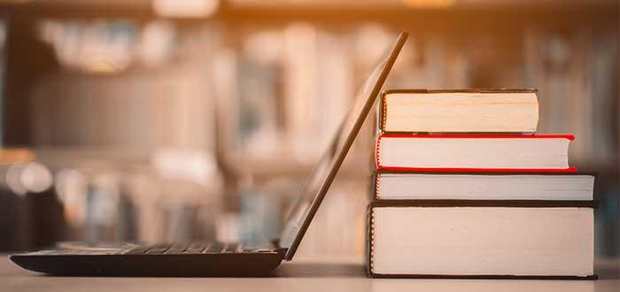 Ordenador y libros, recursos educativos