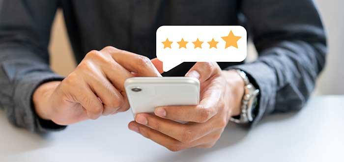 hombre califica el servicio con cinco estrellas desde su teléfono