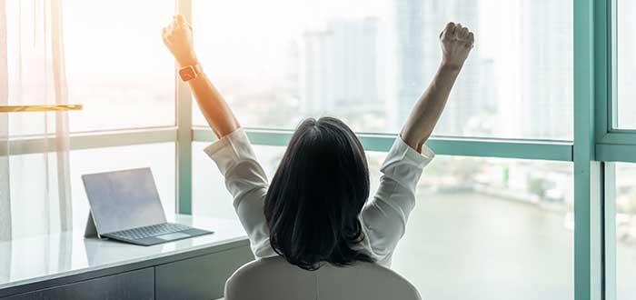mujer celebra una pequeña victoria empresarial
