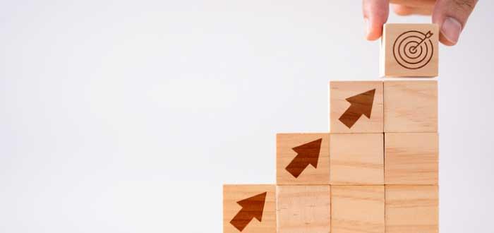 dados de madera formando una escalera
