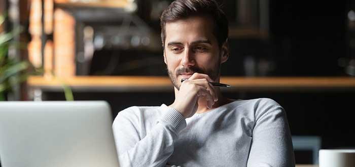 Emprendedor reflexionando frente a su ordenador