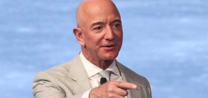 Jeff Bezos apuntando con el dedo