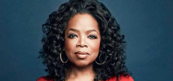 Oprah Winfrey en fondo azul