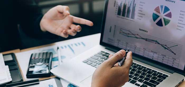 empresarios analizan gráficos sobre los resultados de la estrategia de descremado de precios implementada
