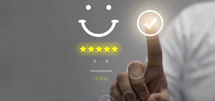 Hombre brinda retroalimentación, una de las razones de la importancia del servicio al cliente para las empresas