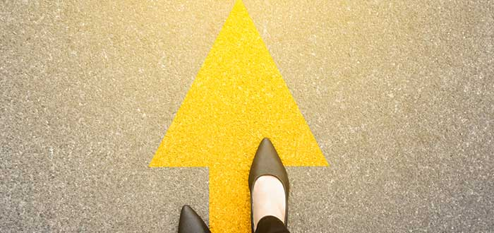 pies sobre una flecha que muestra la dirección de lavisión