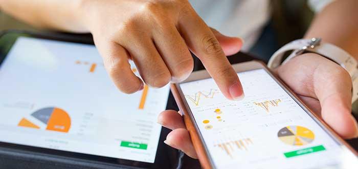 persona revisa apps para invertir en bolsa en sus dispositivos