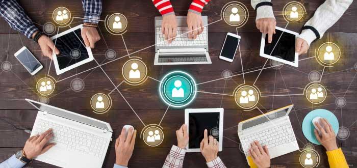 equipo de personas trabajando en las redes sociales en las empresas