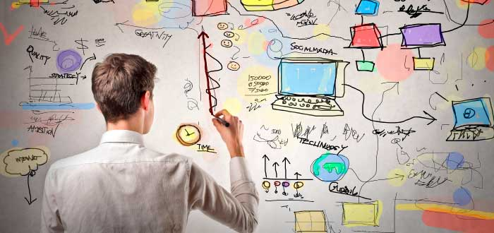 hombre diseñando estrategias de negocio