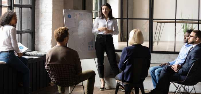 mujer desempeñando la funciones de un gerente de recursos humanos