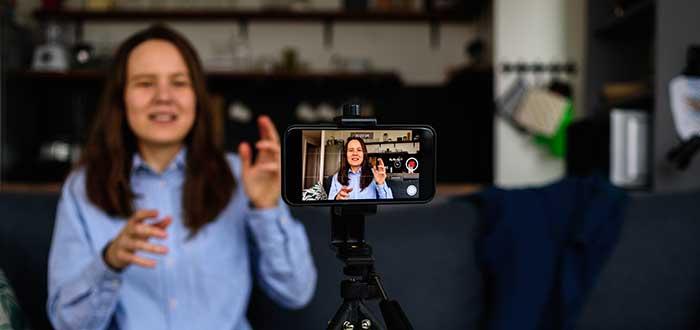 Mujer graba vídeo con su móvil