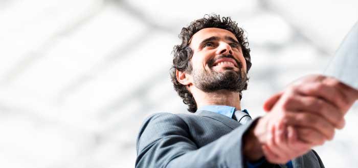 hombre estrechando la mano cerrando un negocio