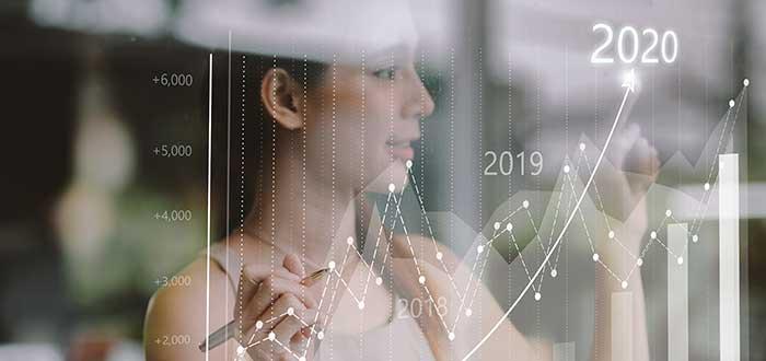 mujer observa gráfico que muestra el balance de las industrias ganadoras y perdedoras de 2020