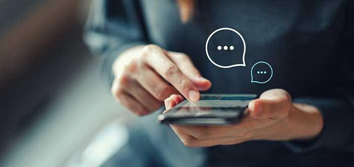 Persona utiliza aplicación para enviar mensajes desde su teléfono