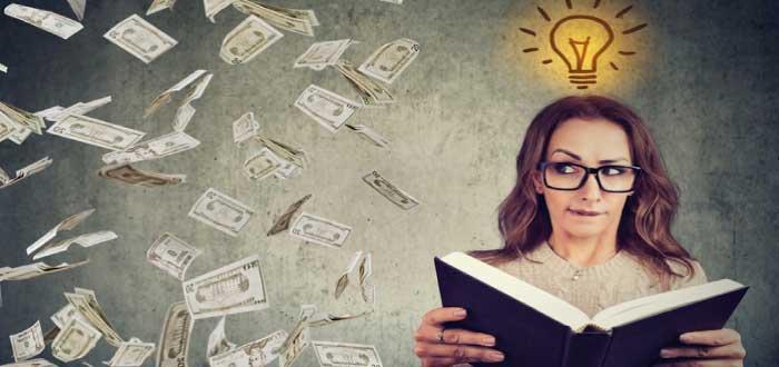 mujer pensando en ideas para emprender