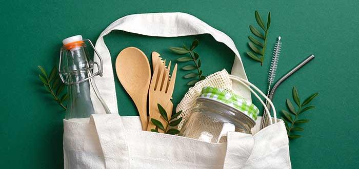 Bolsa con productos sostenibles para el medio ambiente