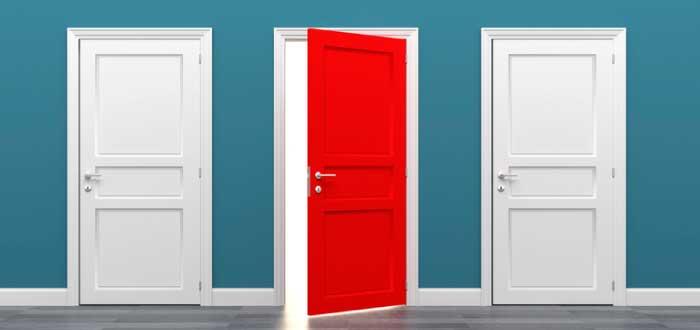 tres puertas una de ellas abiertas