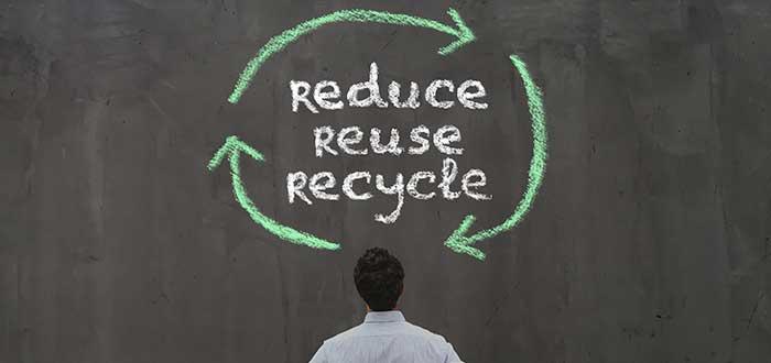 Hombre observa ciclo reducir, reutilizar, reciclar
