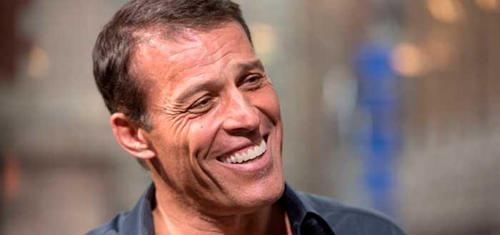 Tony Robbins sonriendo