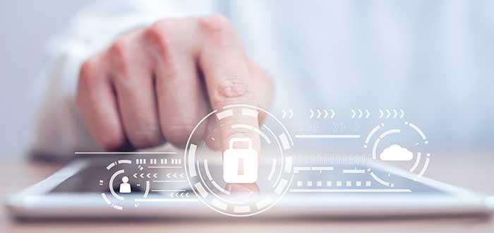 Persona accede a la banca digital