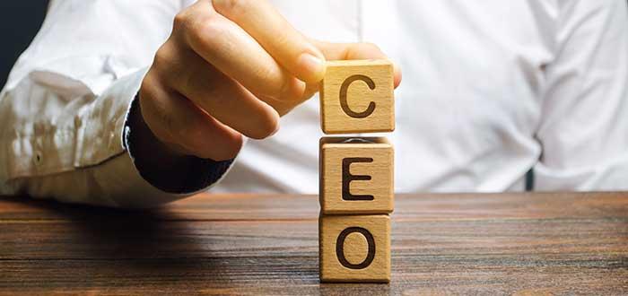 Cloques de madera conforman la palabra CEO
