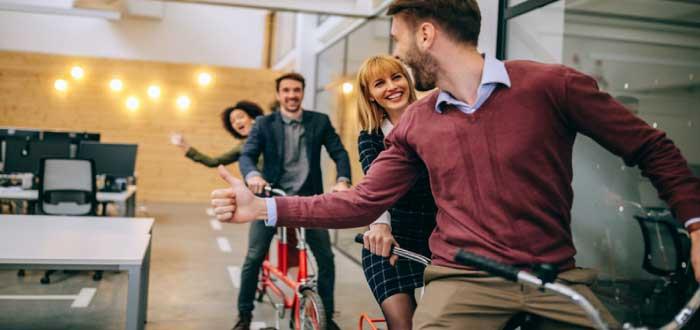 dinámica grupal en la oficina para mejorar el clima laboral