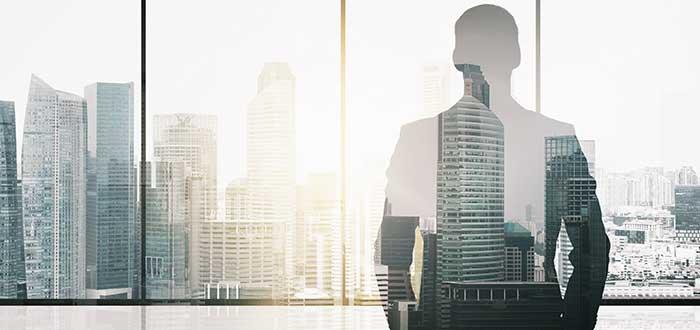 Director ejecutivo analiza frente a la ventana las razones por las que los CEOs son despedidos