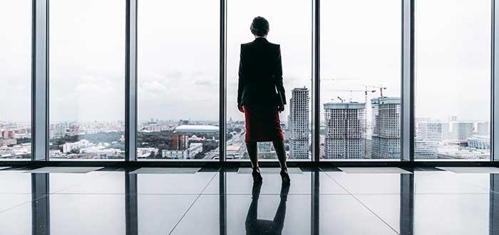 mujer fundadora exitosa- mirando desde lo alto de edificio
