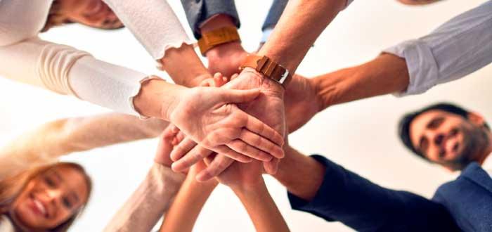 equipo de trabajo unido en un clima laboral favorable