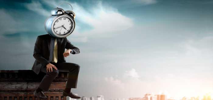 hombre con cabeza de reloj