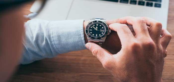 hombre mirando el reloj
