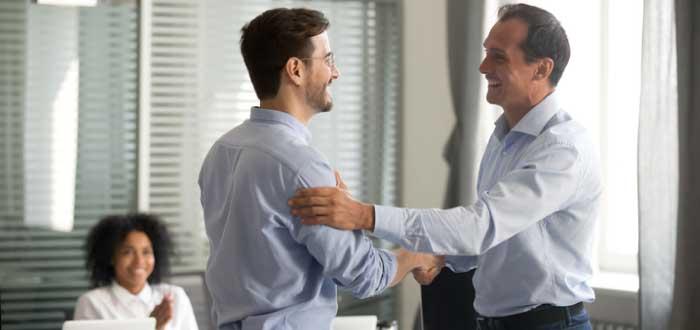jefe dando apoyo a un empleado