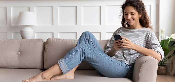 Mujer hace la compra a través de una app