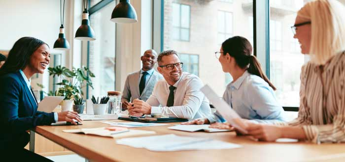 empleados compartiendo en una reunión