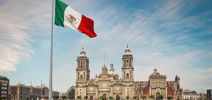 Plaza con bandera de méxico