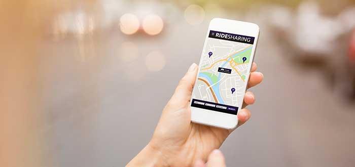 Persona utiliza una plataforma digital de transporte para movilizarse