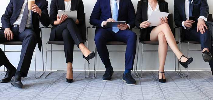 Personas esperando para ingresar a una entrevista de trabajo